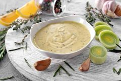 在碗的鲜美调味汁在白色木板 库存照片