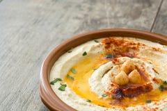 在碗的鸡豆hummus在木桌上 免版税库存图片