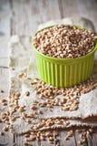 在碗的麦子五谷 免版税库存图片