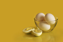 在碗的水煮蛋 图库摄影