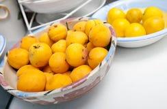 在碗的黄色桃子在厨台 免版税库存图片