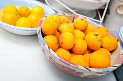 在碗的黄色桃子在厨台 库存照片