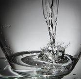 在碗的水飞溅 库存图片