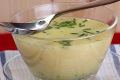 在碗的Brokkoli奶油色汤 库存照片