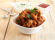 在碗的Pakoda传统和普遍的印度素食快餐 库存图片