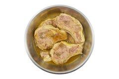 在碗腌制的肉隔绝在白色backround 图库摄影
