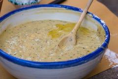 在碗里面的乳脂状的蘑菇酱油有木匙子的 库存图片