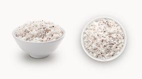 在碗隔绝的新鲜的椰子粉末 免版税库存照片