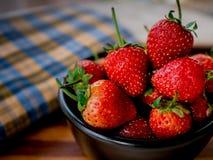 在碗黑色的草莓 库存图片