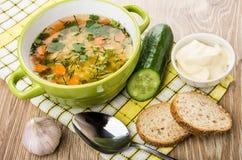 在碗,蛋黄酱,黄瓜,面包片的浓豌豆汤,大蒜 免版税库存照片