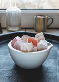 在碗画象的罗斯和核桃土耳其快乐糖支持 库存照片