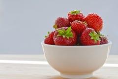 在碗II的草莓 免版税库存照片