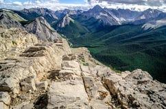 在碧玉NP的山脉视图与在前景的花栗鼠 免版税库存照片
