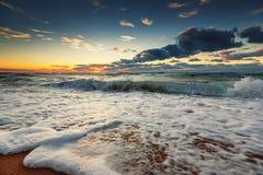 在碰撞在岸上的海的美好的cloudscape海浪 免版税库存图片