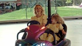 在碰撞用汽车的疯狂的家庭驱动 股票录像