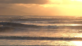 在碰撞的波浪的飘渺早晨焕发 股票录像