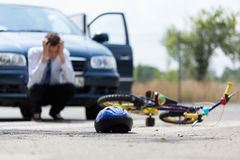 在碰撞以后的哀伤的司机与自行车 库存图片