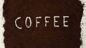 在碾碎的咖啡明白解说的咖啡 免版税库存图片