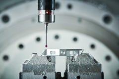 在碾碎CNC机器的质量管理 精确度在工业金属工艺的探针传感器 库存图片