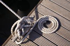 在磁夹板详细资料跳船绳索游艇附近 免版税图库摄影