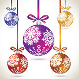 在磁带上的圣诞节球五颜六色的垂悬的集合圣诞树的 向量例证