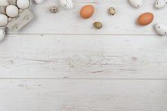 在磁带的愉快的复活节彩蛋在木背景的鸡蛋的 放置平,顶视图,嘲笑  库存照片