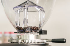 在磨咖啡器的咖啡豆 免版税库存照片