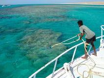 在礁石的原史停泊的小船 ?? 免版税图库摄影