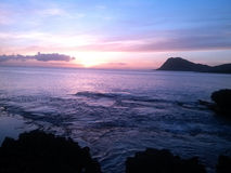 在礁石的日落 免版税库存图片