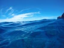 在礁石的波浪 免版税库存图片