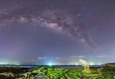 在礁石里面的概要星系古老青苔化石在晚上 免版税图库摄影