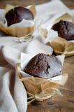 在礼品包装材料的巧克力松饼 免版税库存图片