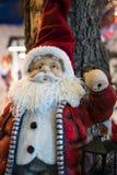 在礼品店的圣诞老人玩偶 免版税库存图片