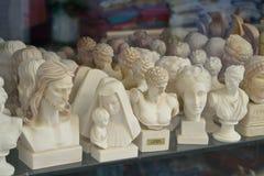在礼品店的小雕塑 免版税库存图片