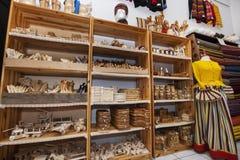 在礼品店的架子显示的木工艺品 库存图片