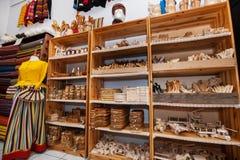 在礼品店的架子显示的木工艺品 库存照片
