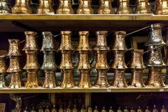 在礼品店02的铜咖啡罐 免版税图库摄影