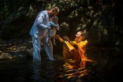 在礼拜式在水的洗礼浸没期间第一个和多数重要基督徒圣礼 库存照片