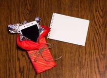 在礼物包裹的智能手机 库存照片