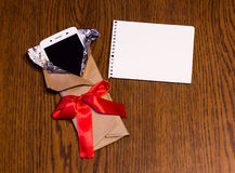 在礼物包裹的智能手机 免版税库存照片