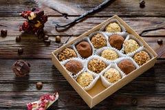 在礼物盒、香料和咖啡豆的块菌状巧克力 库存照片