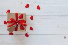 在礼物盒上的顶视图和红色丝带和红色心脏为valen 库存照片