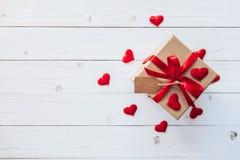 在礼物盒上的顶视图和红色丝带和红色心脏为valen 免版税库存照片