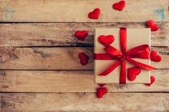 在礼物盒上的顶视图和红色丝带和红色心脏为valen 免版税库存图片