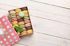 在礼物盒的五颜六色的蛋白杏仁饼干 库存图片