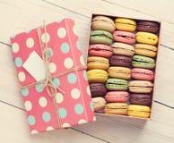 在礼物盒的五颜六色的蛋白杏仁饼干 免版税库存图片