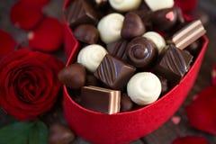 在礼物盒的巧克力果仁糖为Mother's天 图库摄影