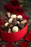 在礼物盒的巧克力果仁糖 免版税库存图片