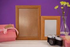 在礼物盒的愉快的母亲节卡片有木制框架和照相机的 免版税库存图片