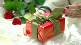 在礼物盒的手感人的弓 股票视频